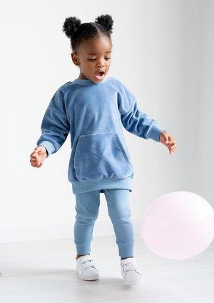 Długa bluza dziecięca z weluru Jeans Blue ILM